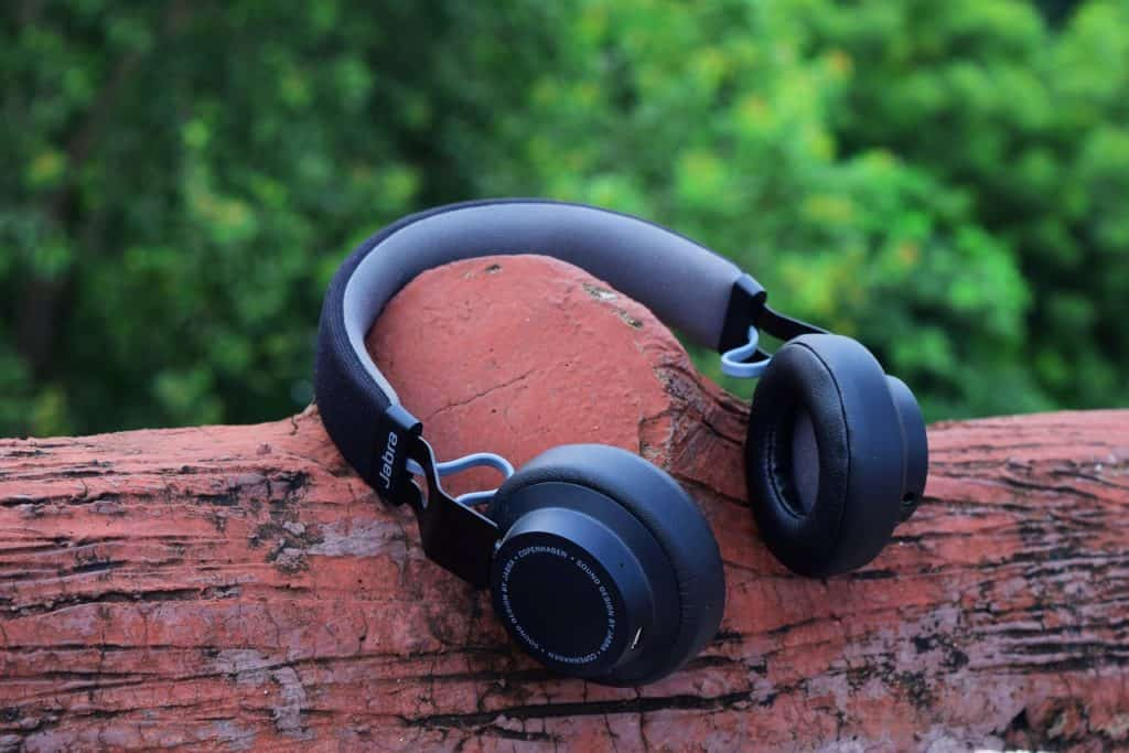 auriculares inalambricos negros en un tronco