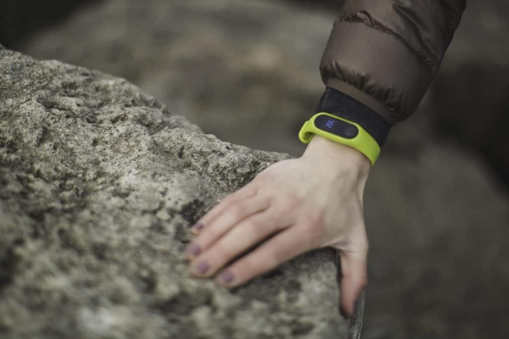 pulseras inteligentes deportivas verde en el campo