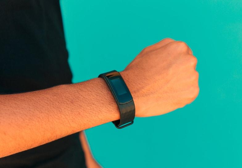 pulsera inteligente deportiva en un brazo de hombre